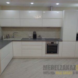 Белая глянцевая угловая кухня с подсветкой