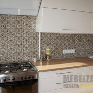 Прямая кухня белого цвета