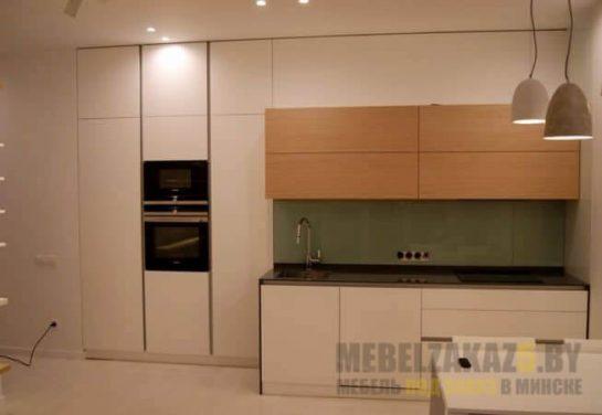 Маленькая двухцветная прямая кухня со встроенной техникой