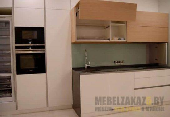Маленькая двухцветная прямая кухня
