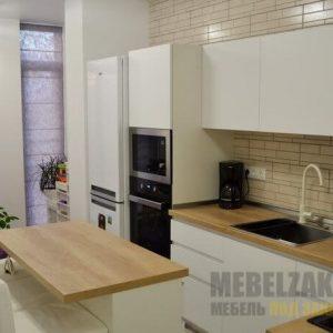 Маленькая современная белая угловая кухня со встроенной техникой