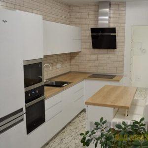 Современная угловая кухня в белом цвете с обеденной зоной