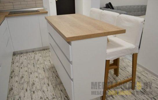 Маленькая современная белая угловая кухня с обеденной зоной