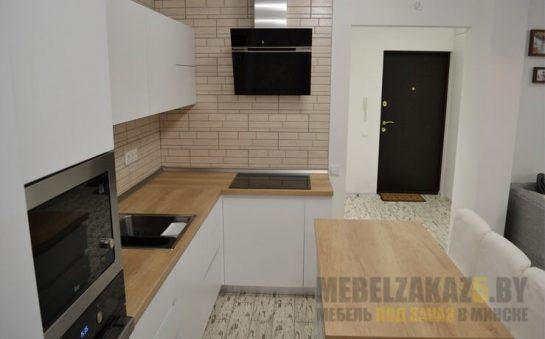 Маленькая современная белая угловая кухня