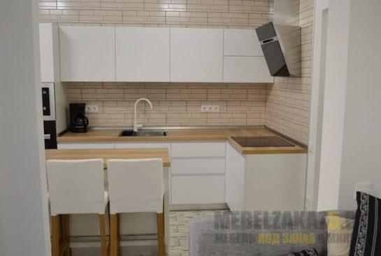 Маленькая современная угловая кухня белого цвета