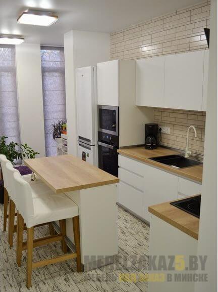 Маленькая современная кухня белого цвета
