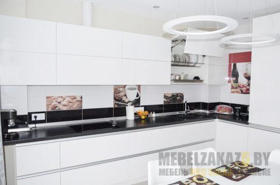 Белая угловая кухня со встроенной техникой