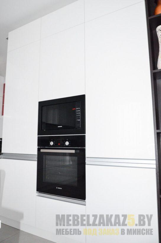 Угловая кухня в стиле минимализм со встроенной техникойй