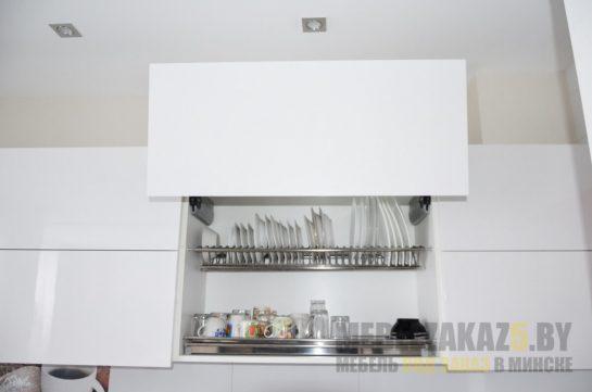 Угловая кухня в стиле минимализм с фурнитурой Blum