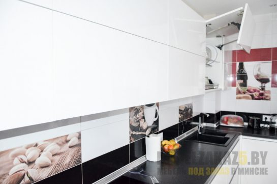 Белая кухня с черной столешницей в стиле минимализм