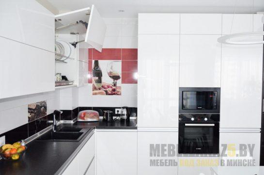 Белая угловая кухня в стиле минимализм