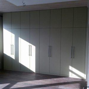Белые распашные шкафы