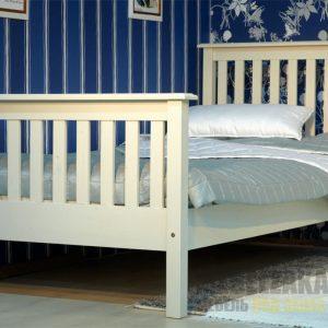 Детская кровать из массива в бежевом цвете