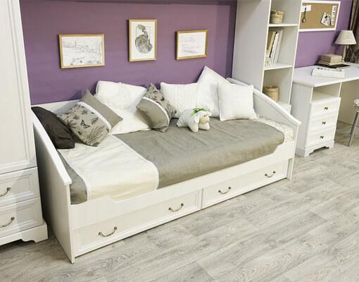 Кровать для детской комнаты в классическом стиле
