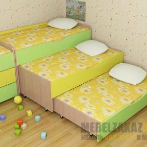 Трехъярусная выдвижная кровать в ярких тонах