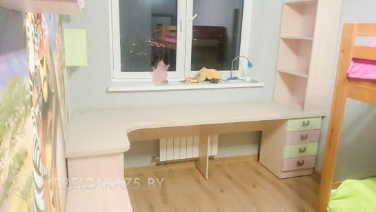 Бежевый стол в детскую с выдвижными ящиками