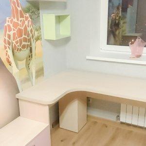 Комплект мебели в детскую пастельных тонов