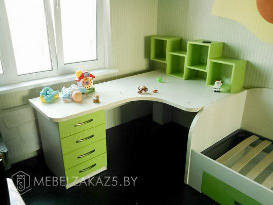 Стол с выдвижными ящиками в детскую комнату