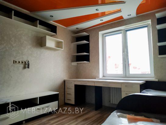 Светлый комплект мебели для детской комнаты