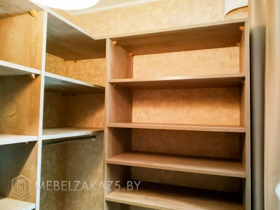 Открытый шкаф с полками в гардеробную