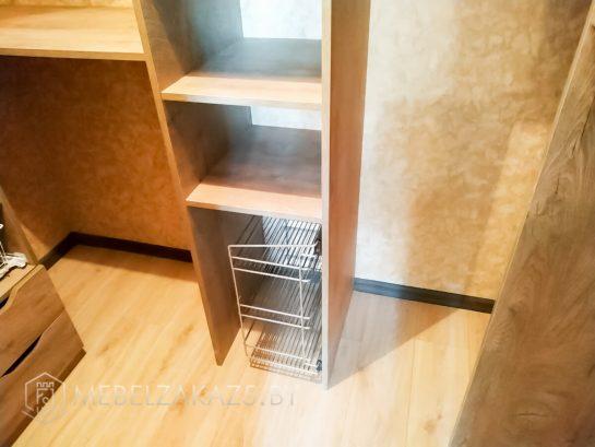 Открытый шкаф-пенал в гардеробную