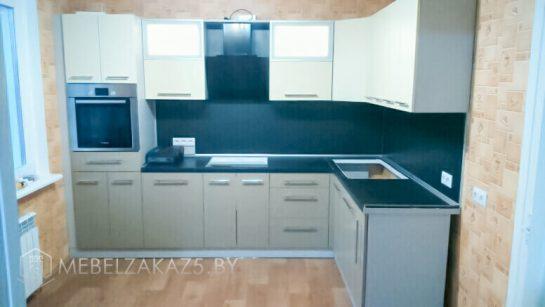Бежево-синяя угловая кухня