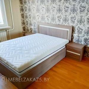 Светлая двуспальная кровать в спальню