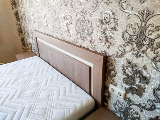 Коричнево-бежевая кровать для спальни