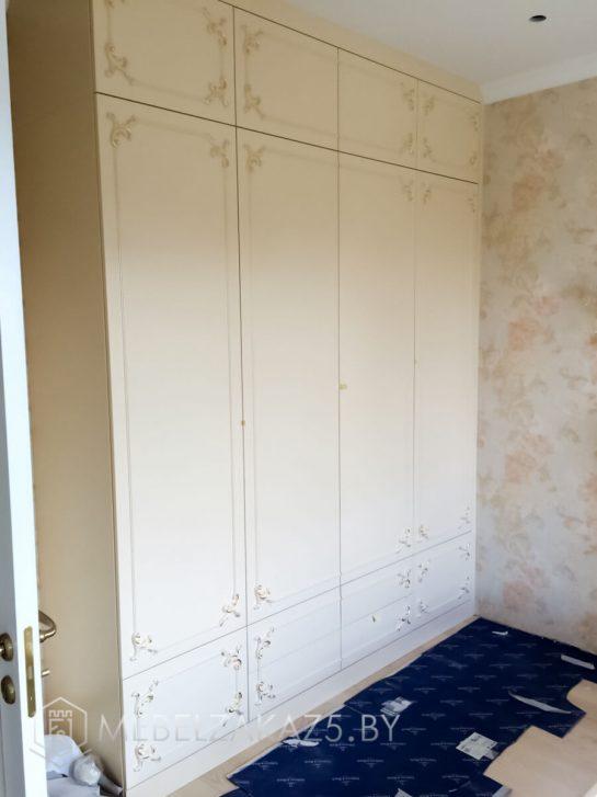 Распашной шкаф в классическом стиле
