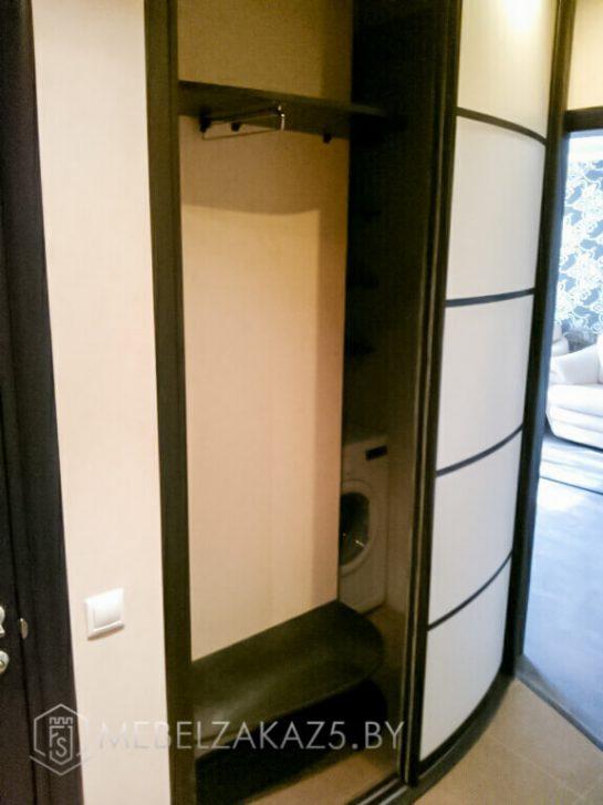 Светлый двухдверный радиусный шкаф-купе