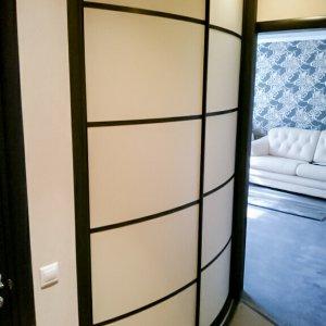 Светлый радиусный шкаф-купе
