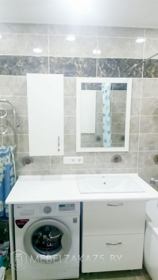 Небольшой комплект мебели в ванную белого цвета