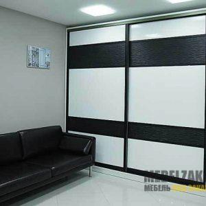 Черно-белый шкаф-купе с 3д фасадами