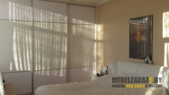 Трехстворчатый шкаф-купе в спальню с 3д фасадами
