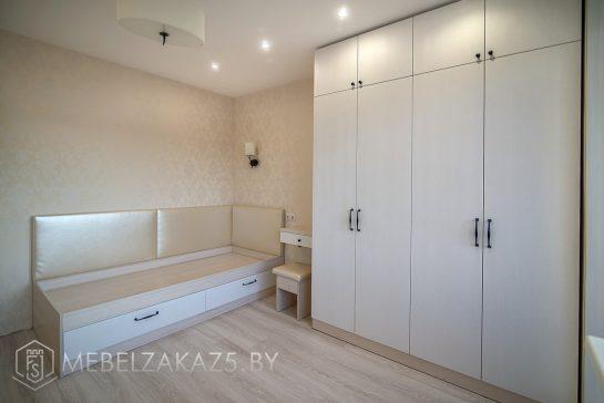 Современный глянцевый распашной шкаф и односпальная кровать в комнату для подростка