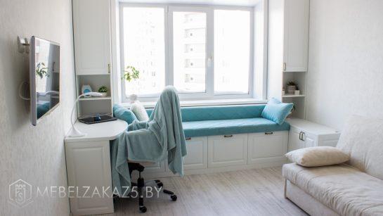 Светлый набор современной мебели в комнату для подростка