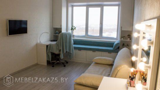 Кровать с небольшой рабочей зоной в комнату для подростка