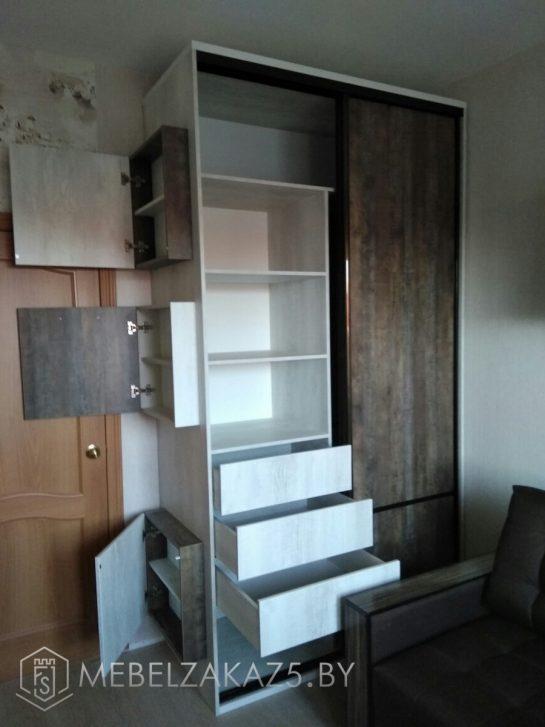Функциональный распашной шкаф с выдвижными ящиками в подростковую комнату