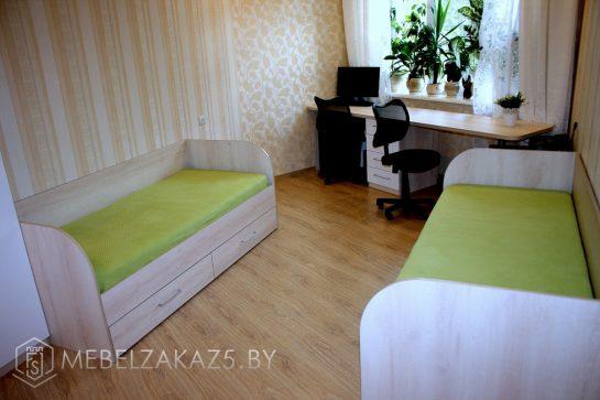 Две кровати в комнату подростка с компьютерным столом