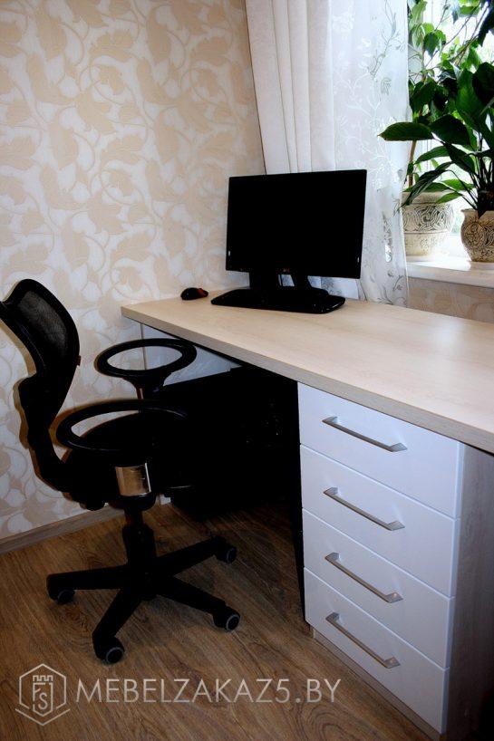 Современный компьютерный стол в комнату подростка