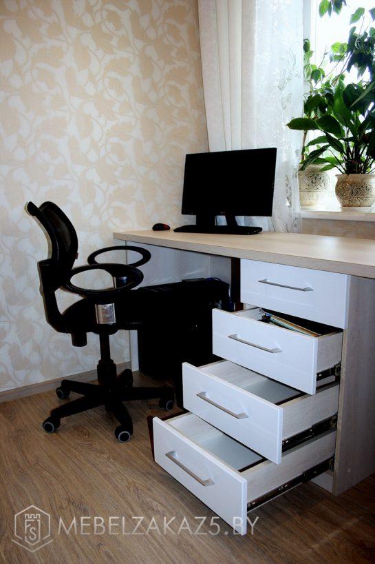 Компьютерный стол с выдвижными ящиками в комнату подростка