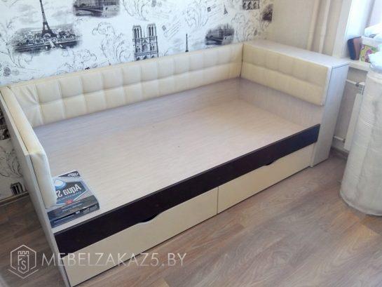 Кровать в классическом стиле в подростковую комнату без матраса