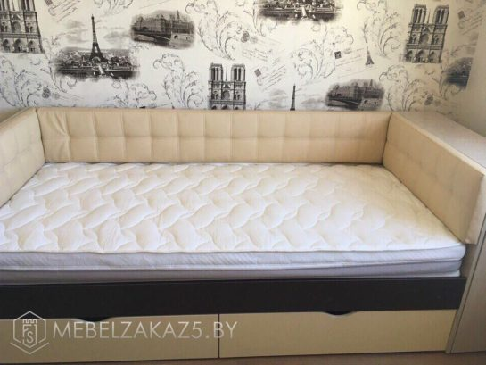 Кровать в классическом стиле в подростковую комнату