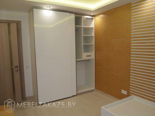 Глянцевый шкаф-купе белого цвета в комнату подростка