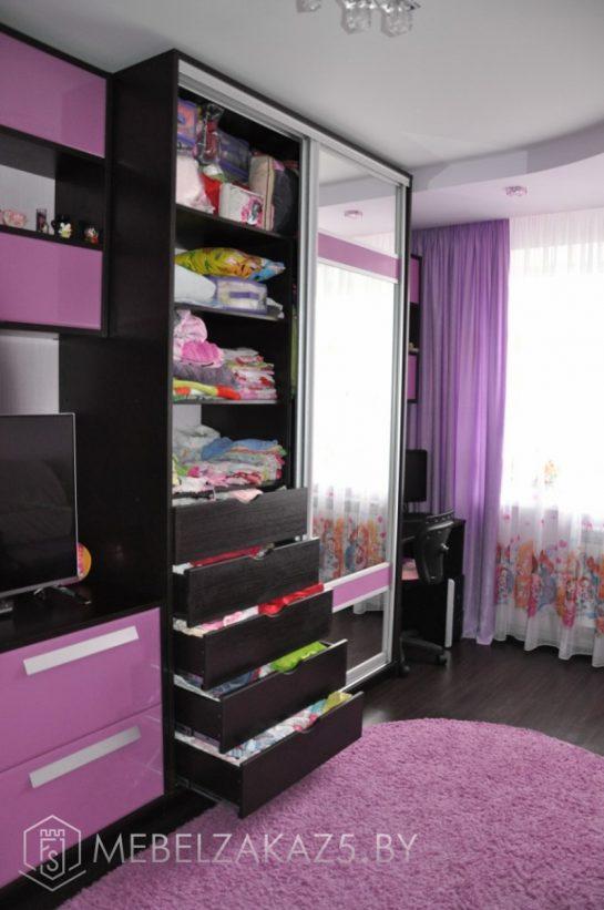 Встроенный в стенку шкаф-купе с зеркальными дверями в комнату для девочки-подростка