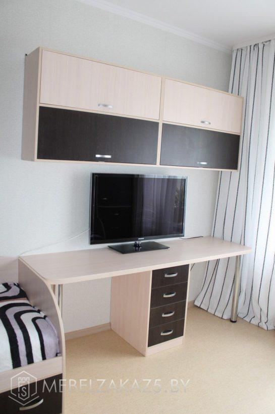 Компьютерный стол с навесным шкафчиком в комнату для подростка