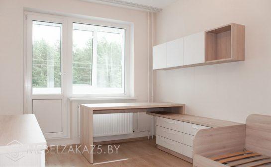Письменный стол с навесными шкафчиками в подростковую комнату
