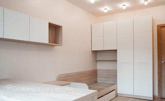 Современная мебель в бежево-коричневом цвете в комнату для подростка