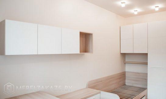 Белые навесные шкафчики в подростковую комнату