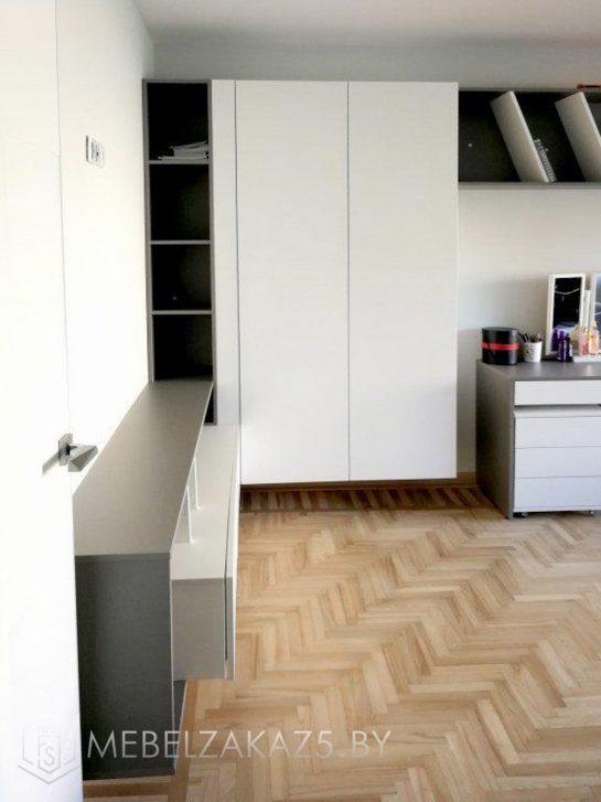 Распашной шкаф без ручек в современном стиле для подростковой комнаты